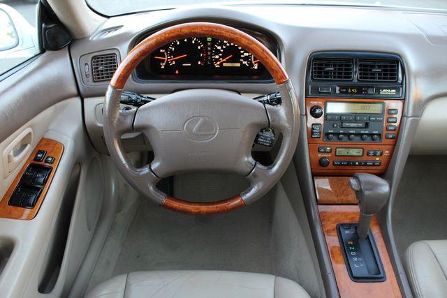 2000 Lexus ES 300 76K MLS AUTOMATIC XLNT CONDITION in Woodland Hills CA, 91367