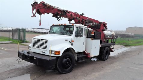 2001 International 4700 DT466E DIESEL  MATERIAL HANDLER DIGGER DERRICK in Fort Worth, TX