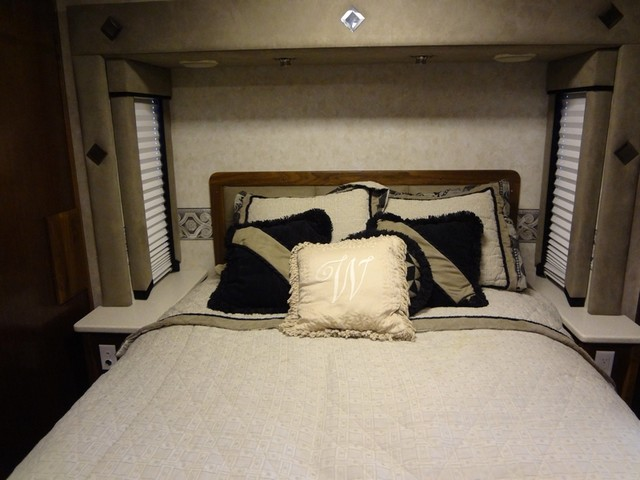 2005 Fleetwood Revolution LE 40E Austin , Texas 35