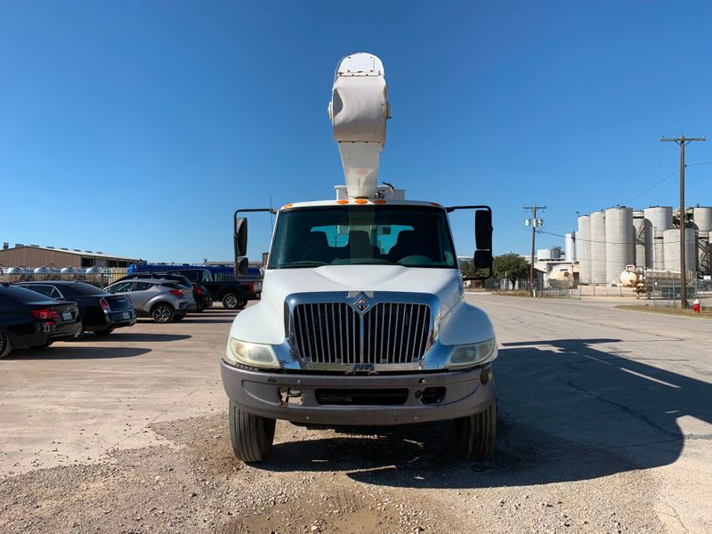 2005 International 4300 BUCKET TRUCK   city TX  North Texas Equipment  in Fort Worth, TX