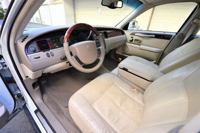 2005 Lincoln Town Car Signature Limited in Reseda, CA, CA 91335