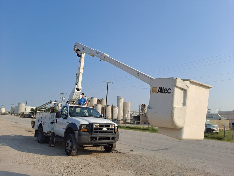 2007 Ford F-550 42 ALTEC 4X4  ARTICULATING  TELESCOPIC INSULATED BUCKET TRUCK  city TX  North Texas Equipment  in Fort Worth, TX