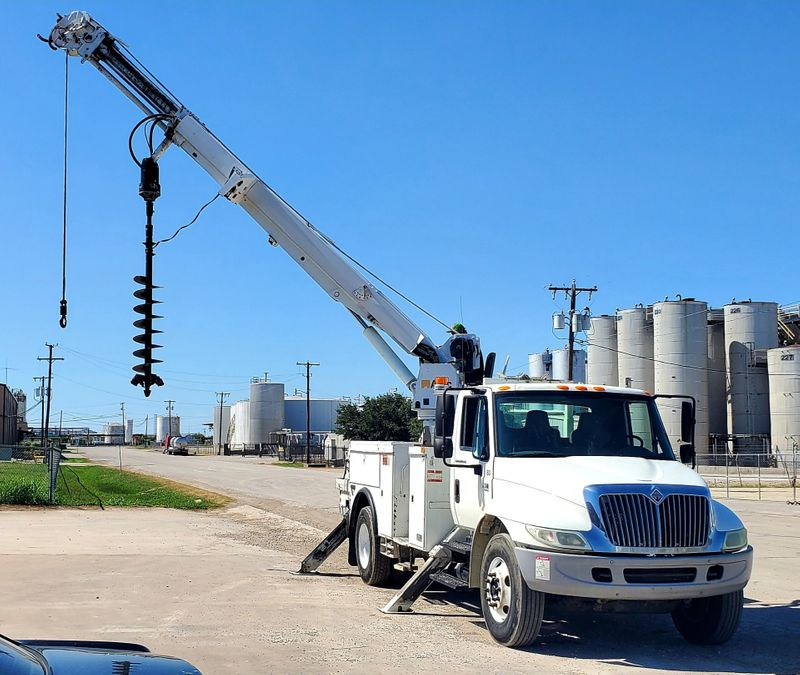 2007 International 4300 ALTEC DM47-TR DIGGER DERRICK 3 STAGE 42 FOOT  POLE GRAB HEEL WINCH  city TX  North Texas Equipment  in Fort Worth, TX