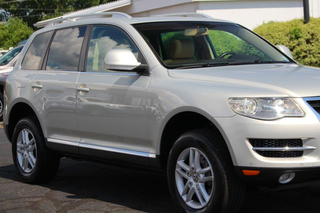 2008 Volkswagen Touareg 2 V6 4WD - LUX PLUS PKG - HEATED FRONT/REAR LEATHER! Mooresville , NC 25
