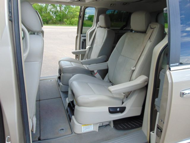 2009 Chrysler Town & Country Limited Alexandria, Minnesota 9