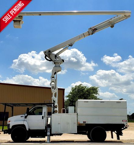 2009 GMC C7500 CHIPPER TRUCK 75FT BOOM, PONY MOTOR CHIPPER BED TRUCK 75FT ELEVATOR in Fort Worth, TX