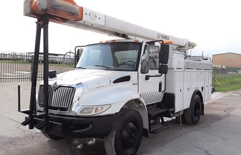 2009 International  4300 DT466 LOW MILES  50FT A/C AUTOMATIC BUCKET TRUCK in Fort Worth, TX
