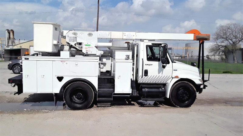 2009 International  4300 DT466 LOW MILES  50FT AC AUTOMATIC BUCKET TRUCK  city TX  North Texas Equipment  in Fort Worth, TX