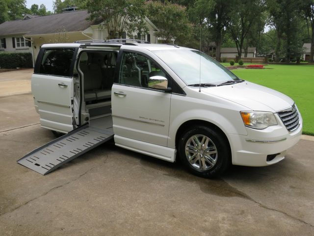 2010 Chrysler Town & Country Limited Braun Mobility Entervan