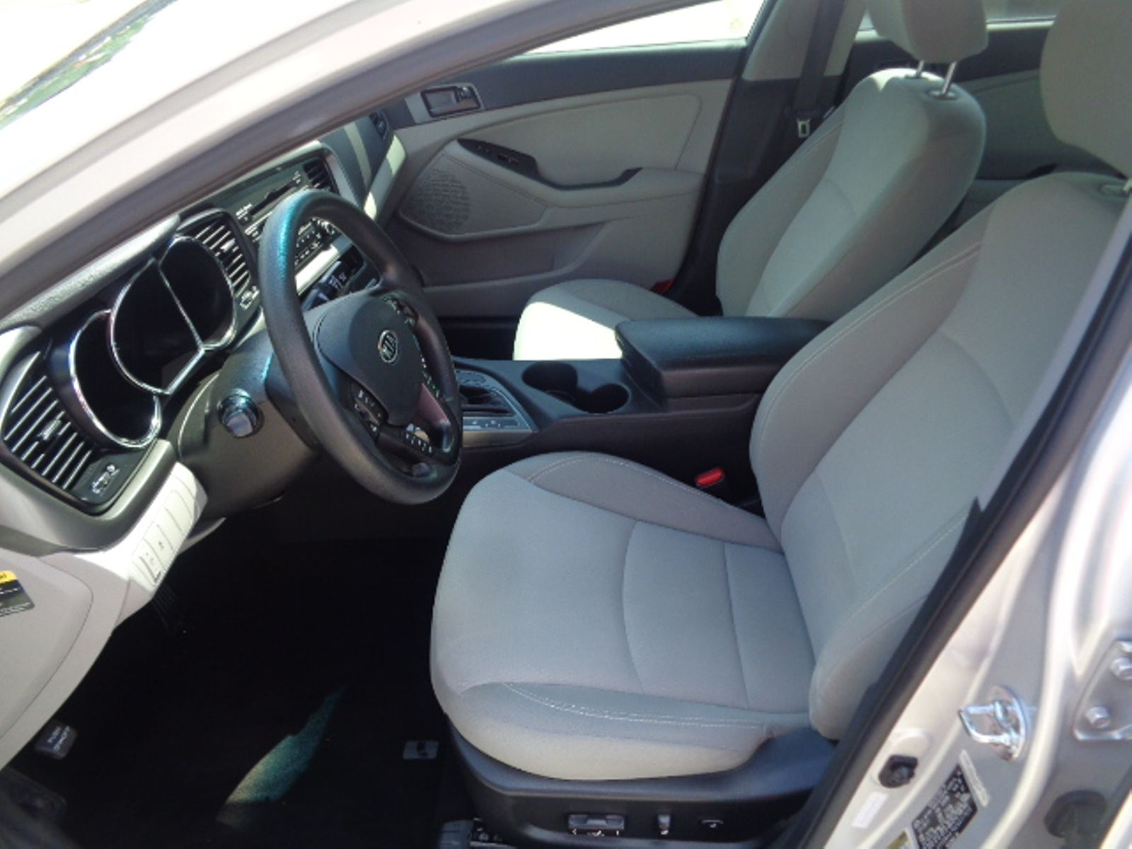 Kia Optima: Adjusting the height of front seat cushion