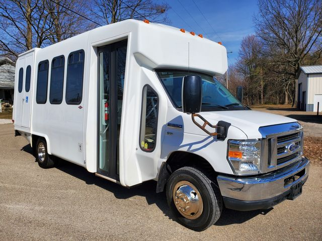 2015 Ford E350 Wheelchair Bus 14 Passenger plus driver in Alliance, Ohio 44601