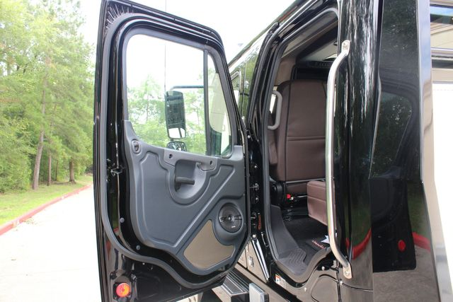 2016 Freightliner M2 106 Sport SportChassis RHA ONYX Luxury Hauler Truck NEW DEMO CONROE, TX 28