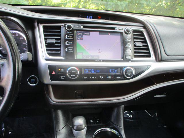 2015 Toyota Highlander XLE Farmington, MN 8