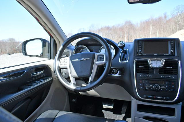 2016 Chrysler Town & Country Touring-L Anniversary Edition Naugatuck, Connecticut 17