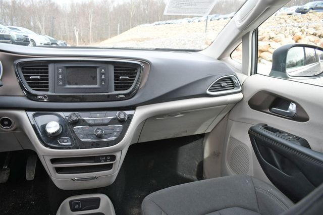 2017 Chrysler Pacifica LX Naugatuck, Connecticut 12