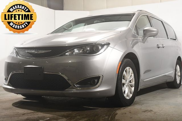 2018 Chrysler Pacifica Touring L w/ Car Play/ Blind Spot/ Safety Tech