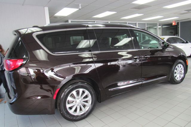 2018 Chrysler Pacifica Touring L W/ NAVIGATION SYSTEM/ BACK UP CAM Chicago, Illinois 5