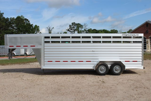 2019 Featherlite 8117 20' LIVESTOCK CATTLE W CENTER CUT GATE CONROE, TX 9