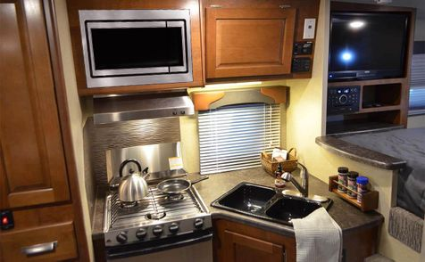 855s Lance 2019 Truck Camper Short Bed  in Livermore, California